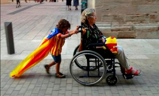 Dos personas acuden a votar en la consulta boicoteada por Rajoy el 9N de 2014